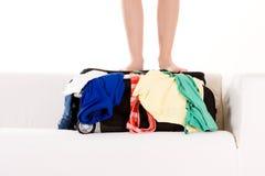 Füße der Person auf Koffer Lizenzfreie Stockbilder