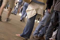 Füße in der U-Bahnstation Stockfotografie