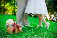 Füße des Bräutigams und der Braut Stockbilder