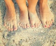 Füße des Kindes und der Mammas Lizenzfreies Stockfoto