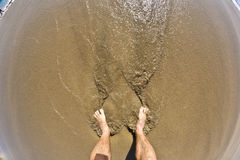 Füße des Mannes am Strand Lizenzfreie Stockfotos