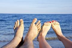 Füße des Mannes und der jungen Frau Stockbild