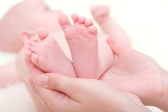 Füße des neugeborenen Schätzchens Stockfoto
