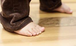 Füße des Schätzchens auf dem Fußboden lizenzfreie stockfotografie
