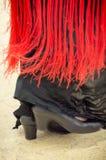 Füße des spanischen Flamencotänzers, der rotes Manton trägt Lizenzfreies Stockfoto