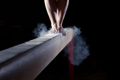 Füße des Turners auf Schwebebalken Stockfotografie