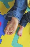 Füße des Vaters und des Sohns lizenzfreies stockfoto