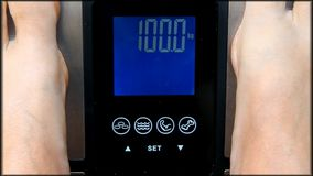Füße, die auf Gewichtsskala mit dem Messen von 100kg stehen stock video footage