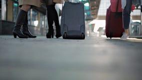 Füße, die auf die Plattformpassagiere mit einem Koffer, junge Frau geht entlang die Plattform zum Zug mit gehen stock video footage