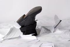 Füße, die aus Papieren heraus stikking sind Lizenzfreies Stockfoto