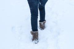 Füße, die durch Schnee gehen Stockbild
