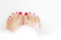 Füße, die im Badekurortbad tränken Lizenzfreie Stockfotografie
