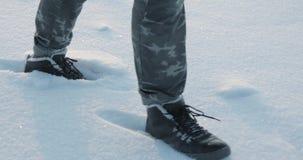 Füße, die in Schnee gehen Fußschritte des Wanderers entspannendes Winterbetriebfreien stock video
