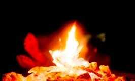 Füße durch das Lager-Feuer Stockbild
