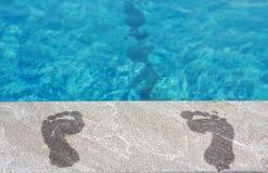 Füße durch den Swimmingpool Stockfotos