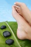 Füße durch Pool Stockfoto