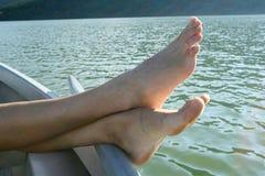 Füße durch Wasser Lizenzfreie Stockfotos