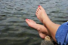 Füße durch Wasser Stockbilder