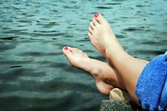 Füße durch Wasser Stockfoto