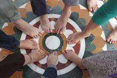 Füße einen Kreis bildend Stockfoto