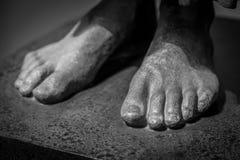 Füße einer alten Statue Stockfotos