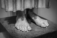Füße einer alten Statue Stockfotografie