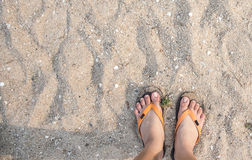 Füße einer Frau auf dem Strand Stockbilder