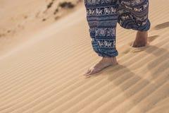Füße einer Frau in der Wüste Lizenzfreies Stockfoto