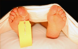 Füße einer Karosserie in einem Leichenschauhaus Lizenzfreie Stockfotografie