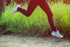 Füße einer laufenden Frau Lizenzfreie Stockbilder