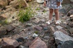 Füße eines Babys in den Sandalen Lizenzfreies Stockbild