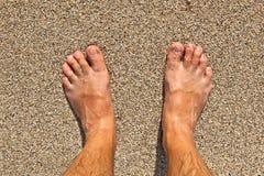 Füße eines Mannes auf dem Strand Stockbilder
