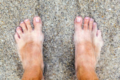 Füße eines Mannes am Strand Stockfoto
