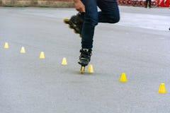 Füße eines Schlittschuhläufers bei der Ausführung des Slaloms lizenzfreies stockfoto