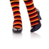 Füße farbige Socken in den hohen Absätzen tragend stockfoto