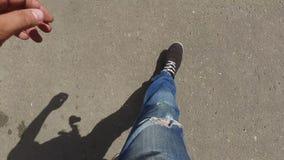 Füße gehendes Personenschießen stock footage