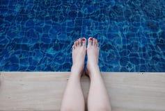 Füße im blauen Pool Stockbilder