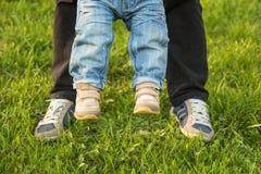 Füße im Gras Lizenzfreie Stockbilder