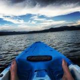 Füße im Kajak im Wasser Stockfotos