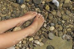 Füße im kalten Wasser Stockbild