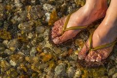 Füße im Meer Stockfoto