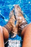 Füße im Pool Stockfoto