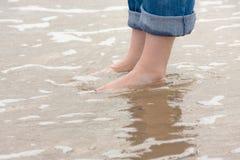 Füße im Wasser lizenzfreie stockfotos