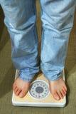 Füße innen auf Badskala Lizenzfreie Stockfotografie