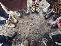 Füße Leute, die in einem Kreis stehen Stockbild