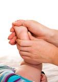 Füße Massage des Säuglingsmädchens lizenzfreie stockbilder