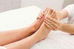 Füße Massagenahaufnahme, Acupressure Lizenzfreies Stockfoto
