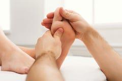 Füße Massagenahaufnahme, Acupressure Stockfotografie