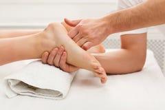 Füße Massagenahaufnahme, Acupressure Stockfoto