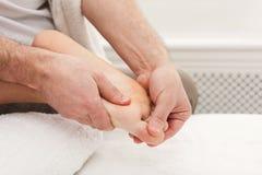Füße Massagenahaufnahme, Acupressure Stockbilder